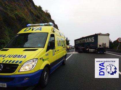 Una salida de vía de un camión corta la A-8 en Castro hacia Vizcaya y provoca grandes atascos