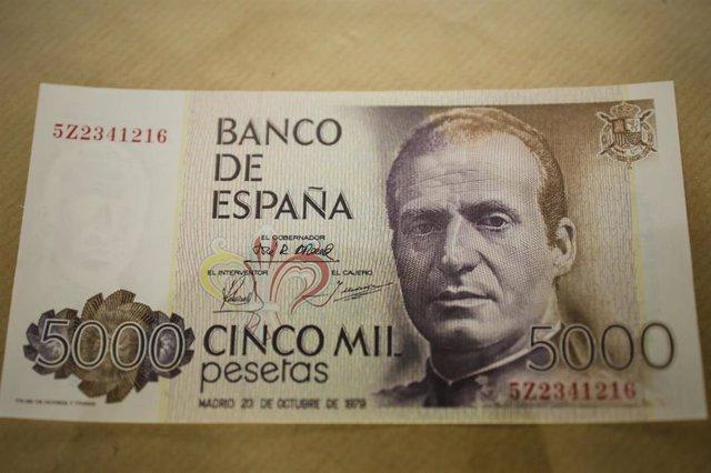 Billete de 5000 pesetas con el rostro del Rey emérito Juan Carlos I en la Filatelia-Numismática H.Sanza, en Madrid (España) a 7 de agosto de 2020.