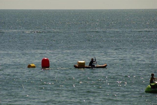 El Ayuntamiento de L'Ampolla (Tarragona) ha instalado ocho boyas que absorben los microplásticos del mar en dos de sus playas