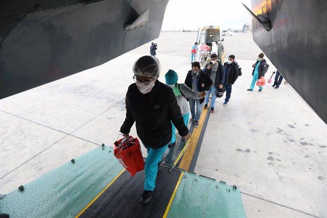 Personal médico de Lima toma un avión hacia Cusco para prestar ayuda en los centros médicos y hospitales de la ciudad.