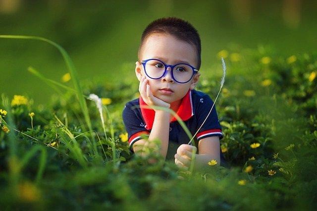 Niño, miopí, gafas