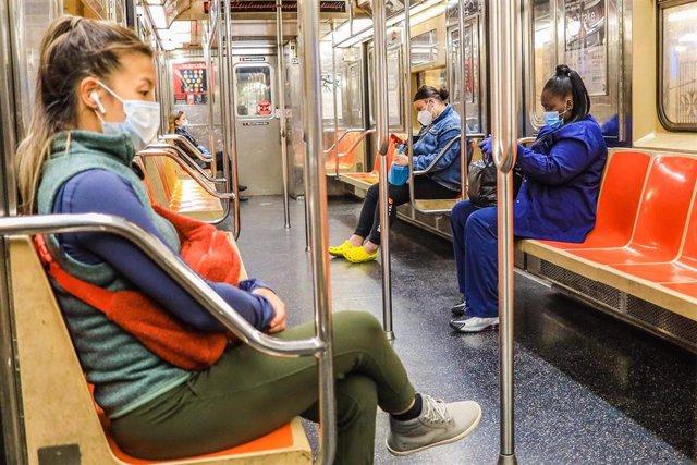 Viajeros en un vagón del metro de Nueva York