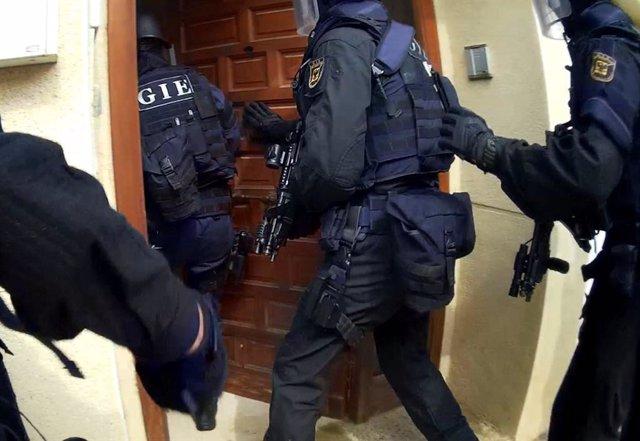 Momento de la entrada en la vivienda del Grupo de Intervenciones Especiales (GIE)
