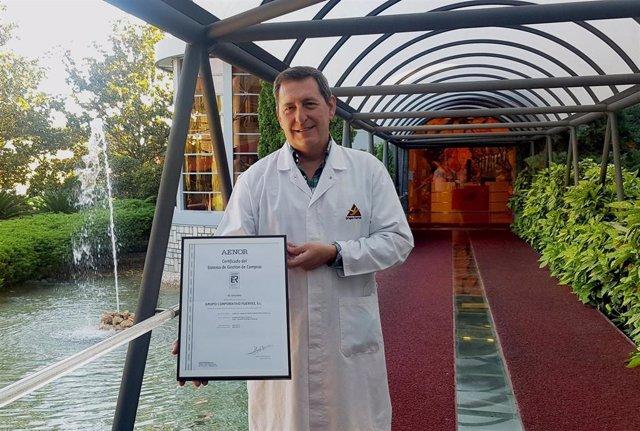El director de Compras del Grupo Fuertes, Constantino Sánchez, muestra la certificación UNE 15896 de Gestión de Compras de Valor Añadido.