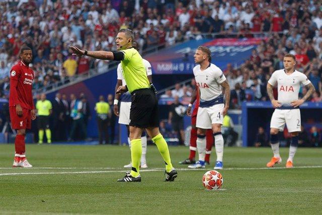 Damir Skomina durante la final de la Liga de Campeones 2019-2020 entre el Liverpool y el Tottenham