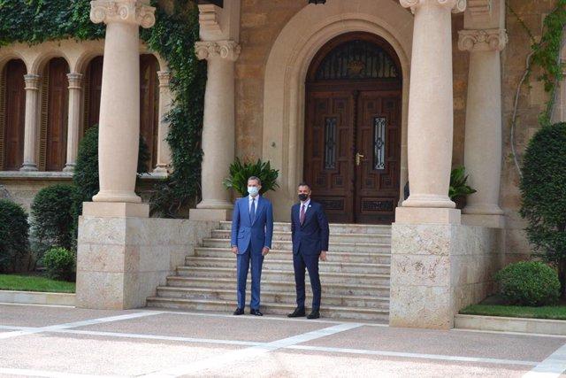 Sánchez llega puntual al despacho con Felipe VI en Marivent, su primer encuentro
