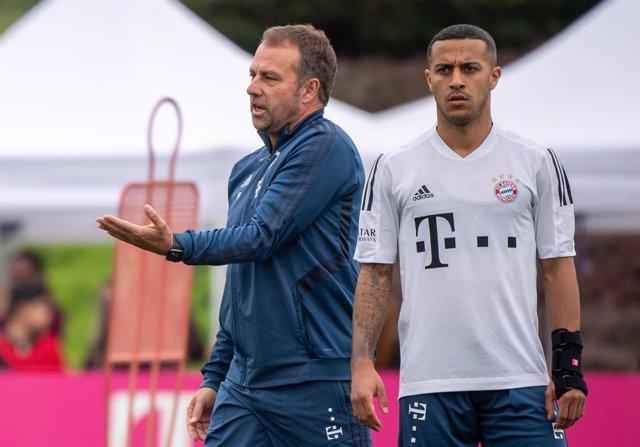 """Fútbol.- Hansi Flick cree que Thiago """"quiere un nuevo desafío"""" y que debería bus"""