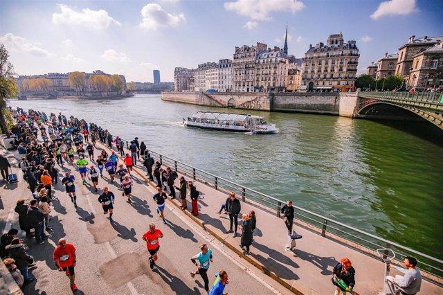 Imagen de los corredores en una edición del Maratón de París