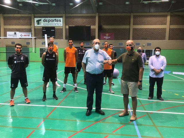 Los presidentes de la DPT y del Club Voleibol Teruel, Manuel Rando y Carlos Ranera, junto al diputado Diego Piñeiro, componentes del equipo