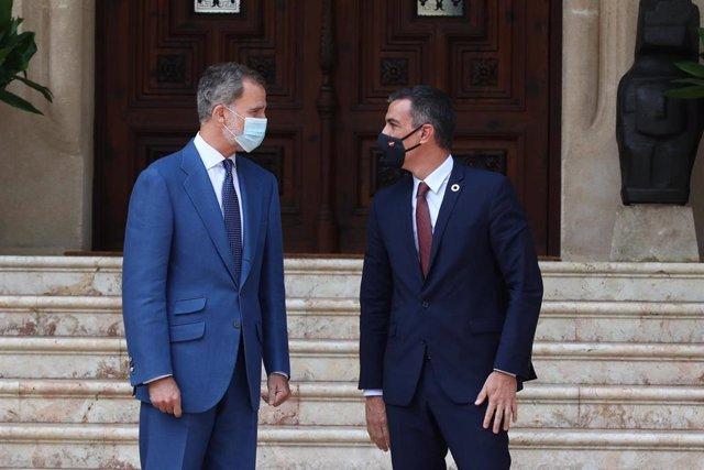 El rey Felipe VI y el presidente del Gobierno, Pedro Sánchez, antes de reunirse en el Palacio de Marivent de Palma de Mallorca.