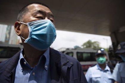 El magnate Jimmy Lai achaca su detención a una persecución política y avisa de que avivará las protestas en Hong Kong