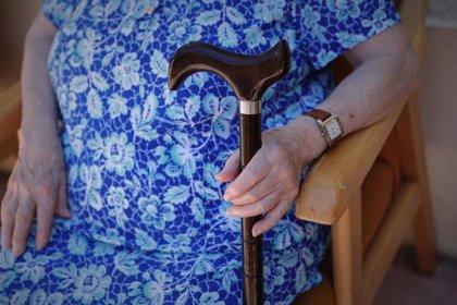 """Geriatras avisan de """"repercusiones negativas"""" en los mayores ante las restricciones de visitas a residencias"""