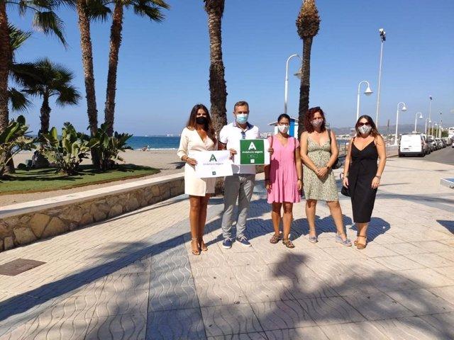 La delegada territorial de Turismo, Regeneración, Justicia y Administración Local, Nuria Rodríguez, durante una visita a las playas de Algarrobo Costa