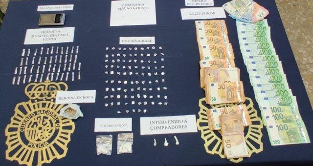 Efectos intervenidos por la Policía Nacional tras desmantelar un punto de venta de drogas en la zona norte de Málaga
