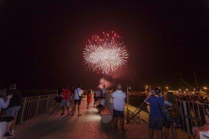 """Gandia """"brilla"""" con fuegos artificiales a medianoche para los turistas y a los héroes del verano"""