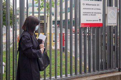 Abogados y procuradores lamentan que el Parlamento no haya corregido el decreto que habilitó agosto