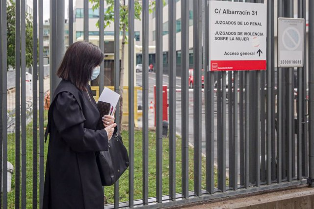 Una advocada vestida amb toga i mascarilla entra als Jutjats penals, Jutjats de Violència sobre la dona situats en la C/Albarrasí, 31 de Madrid (Espanya), durant la setmana set de l'estat d'alarma, quan la violència domèstica segueix agravánd