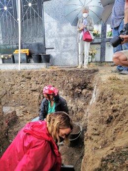 Una de las nietas de Gervasio González, María Jesús Franco, observa los trabajos de búsqueda de los restos de su abuelo, asesinado en 1936 por falangistas