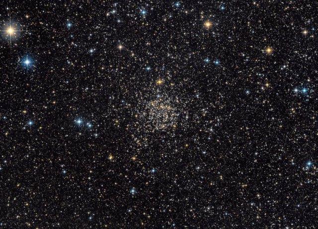 NGC 7789, también conocida como Caroline's Rose. Se trata de un antiguo cúmulo abierto de estrellas de la Vía Láctea, que se encuentra a unos 8.000 años luz de distancia hacia la constelación de Casiopea