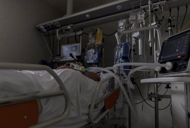 Personal sanitario atiende a un paciente ingresado en la Unidad de Cuidados Intensivos del Hospital Infanta Sofía en San Sebastián de los Reyes (Madrid). En San Sebastián de los Reyes, Madrid, (España), a 28 de abril de 2020.