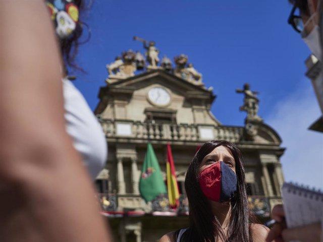 Una joven con mascarilla en la Plaza del Consistorio en el momento en el que de celebrarse los Sanfermines 2020 hubiera tenido lugar el famoso chupinazo, en Pamplona, Navarra (España), a 5 de julio de 2020. Pamplona afronta este lunes con medidas para int