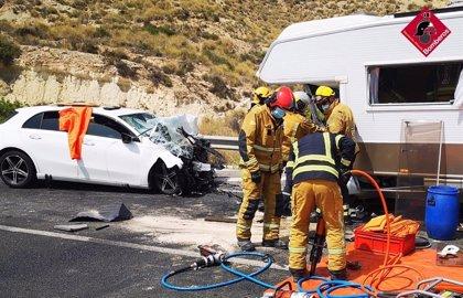 Dos personas mueren y otras tres sufren heridas muy graves al chocar un coche y una autocaravana en El Campello