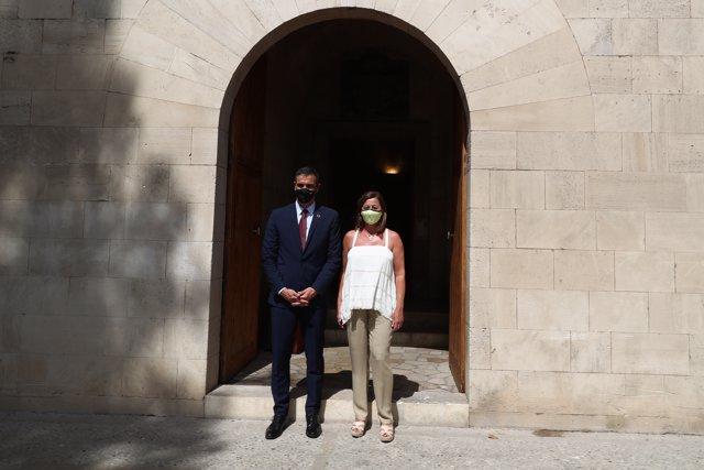 La presidenta del Govern, Francina Armengol, posa en el recibimiento al presidente del Gobierno, Pedro Sánchez, a las puertas del Consolat donde se han reunido para analizar la situación de las Islas.