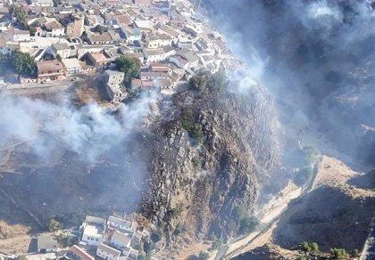 El Infoca trabaja por tierra y aire contra un incendio declarado en Iznalloz (Granada)