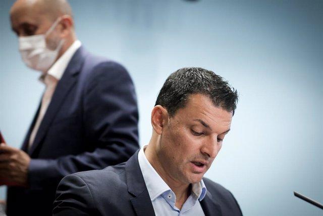 El ministre de Presidència, Economia i Empresa, Jordi Gallardo, i darrere el ministre de Salut, Joan Martínez Benazet.