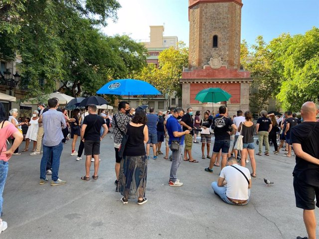 Restaurador del barri de Gràcia de Barcelona es manifesten a la plaça de la Vila per demanar més terrasses