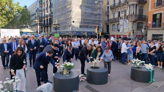 Autoridades en la ofrenda floral en La Rambla en un acto de homenaje a las víctimas por el 17A, el 17 de agosto de 2019
