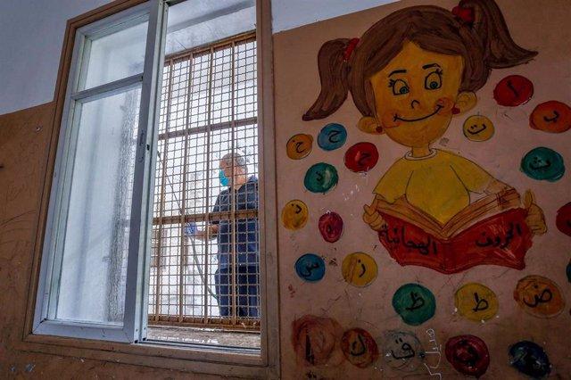 Desinfección de una escuela en la Franja de Gaza