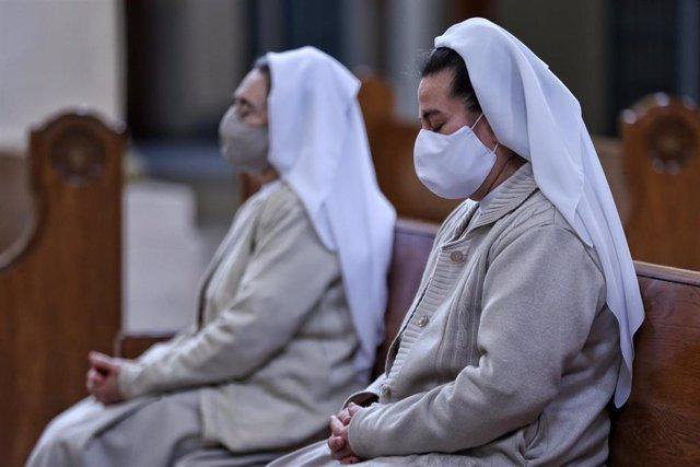 Dos religiosas acuden a rezar a la catedral de la Concepción en Bogotá.
