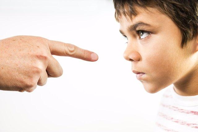 Padre regañando a su hijo, hijo desafiante, etiquetar hijo.
