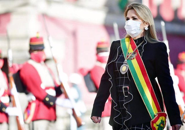 La presidenta interina de Bolivia, Jeanine Áñez, con mascarilla por la pandemia de coronavirus