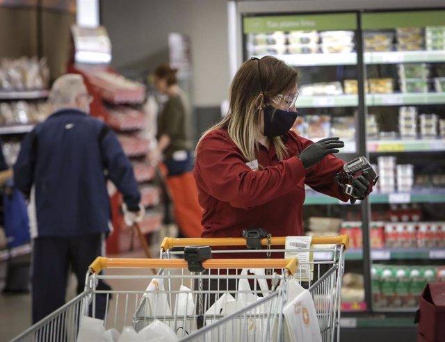 Personas comprando en un supermercado
