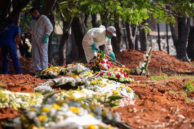 Cementerio para víctimas del coronavirus en Brasil