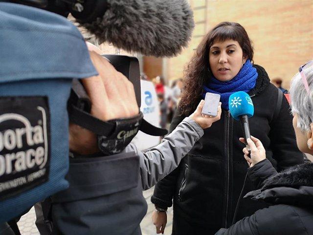 La edil de Adelante Sevilla Sandra Heredia atiende a medios (imagen de archivo)