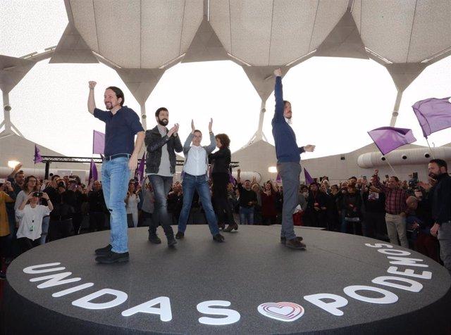 El líder de Podmos, Pablo Iglesias, junto a otros dirigentes del partido, uno de ellos el secretario de Comunicación, Juanma del Olmo