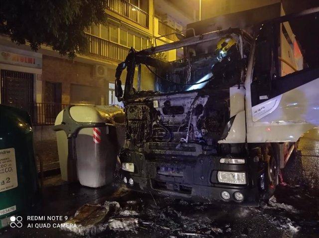Cabeza del camión de bomberos calcinada tras un incendio cuando recogía la basura