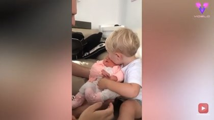 Esta es la tierna reacción de un niño al conocer a su hermana recién nacida por primera vez