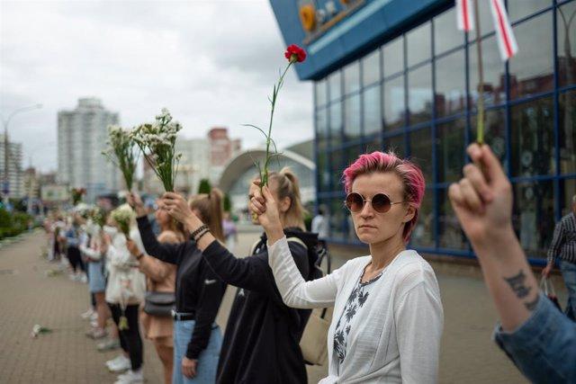 Bielorrusia.- Cientos de mujeres forman una cadena humana en Minsk para protesta