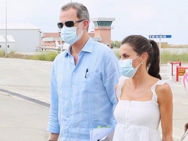 Don Felipe y Doña Letizia a su llegada a Mahón, donde se han reunido con las autoridades locales