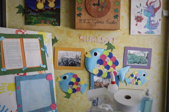 Carteles y dibujos colgados en las paredes de una escuela infantil.