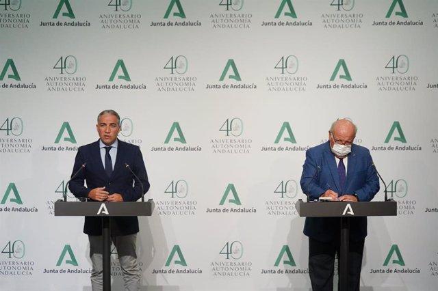 El consejero de la Presidencia, Administración Pública e Interior y portavoz del Gobierno andaluz, Elías Bendodo, y el consejero de Salud y Familias, Jesús Aguirre, en rueda de prensa.