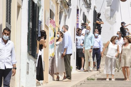 Los Reyes conocen la cultura talayótica de Menorca en la Naveta des Tudons, candidata a Patrimonio Mundial
