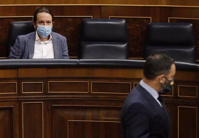 El presidente de Vox, Santiago Abascal, pasa delante del escaño del vicepresidente segundo del Gobierno, Pablo Iglesias