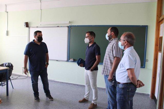 Visita del alcalde de Gines (Sevilla) a obras en colegios.