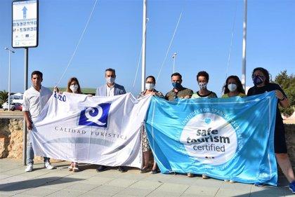 Izan las banderas de 'Q de Calidad' y 'Turismo Seguro' en la playa urbana de Punta Umbría (Huelva)