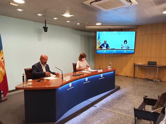 El ministro de Salud de Andorra, Joan Martínez Benazet, y la ministra de Educación, Ester Vilarrubla, en rueda de prensa.